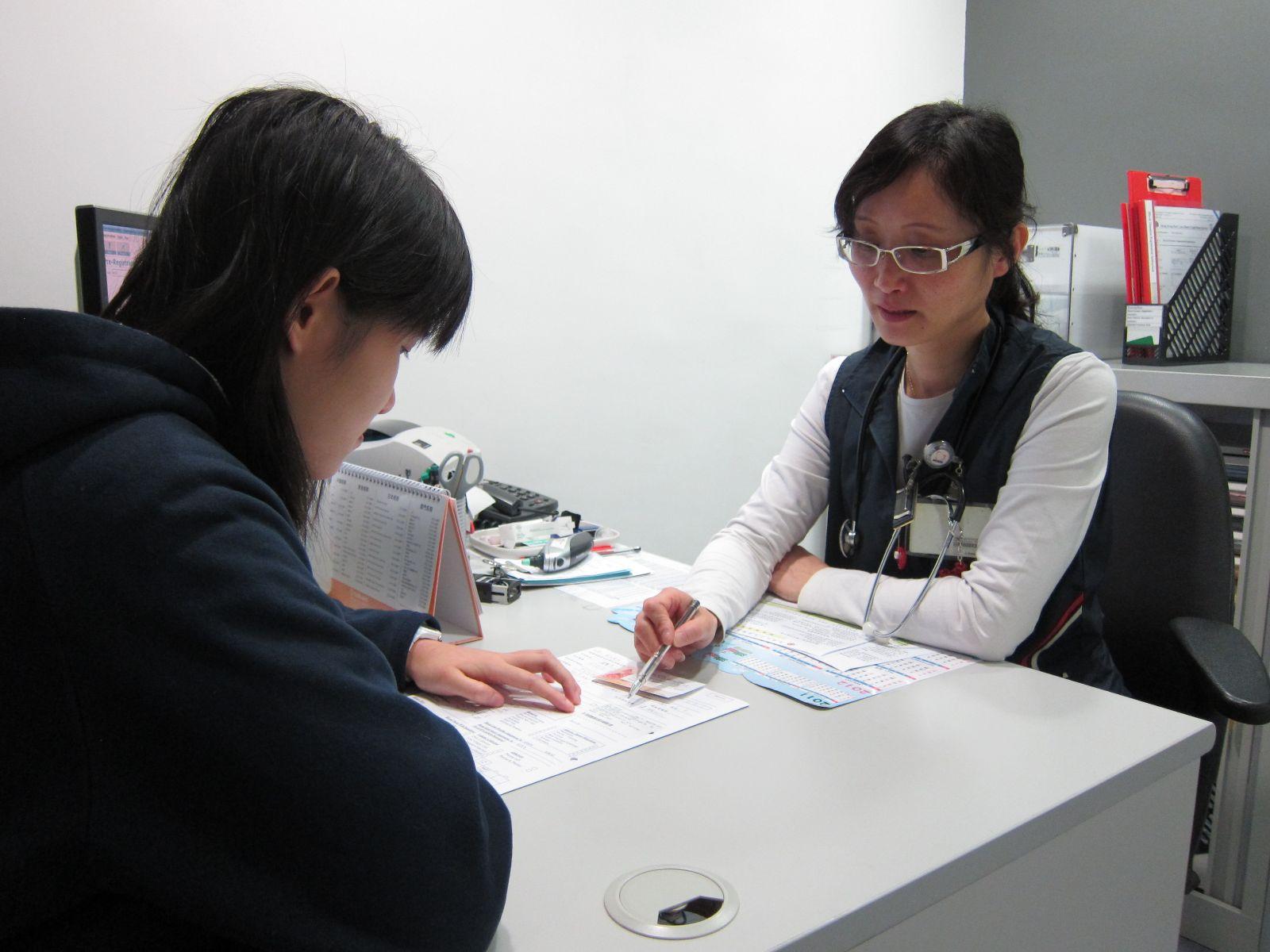 圖片: 捐血者正進行健康諮詢。
