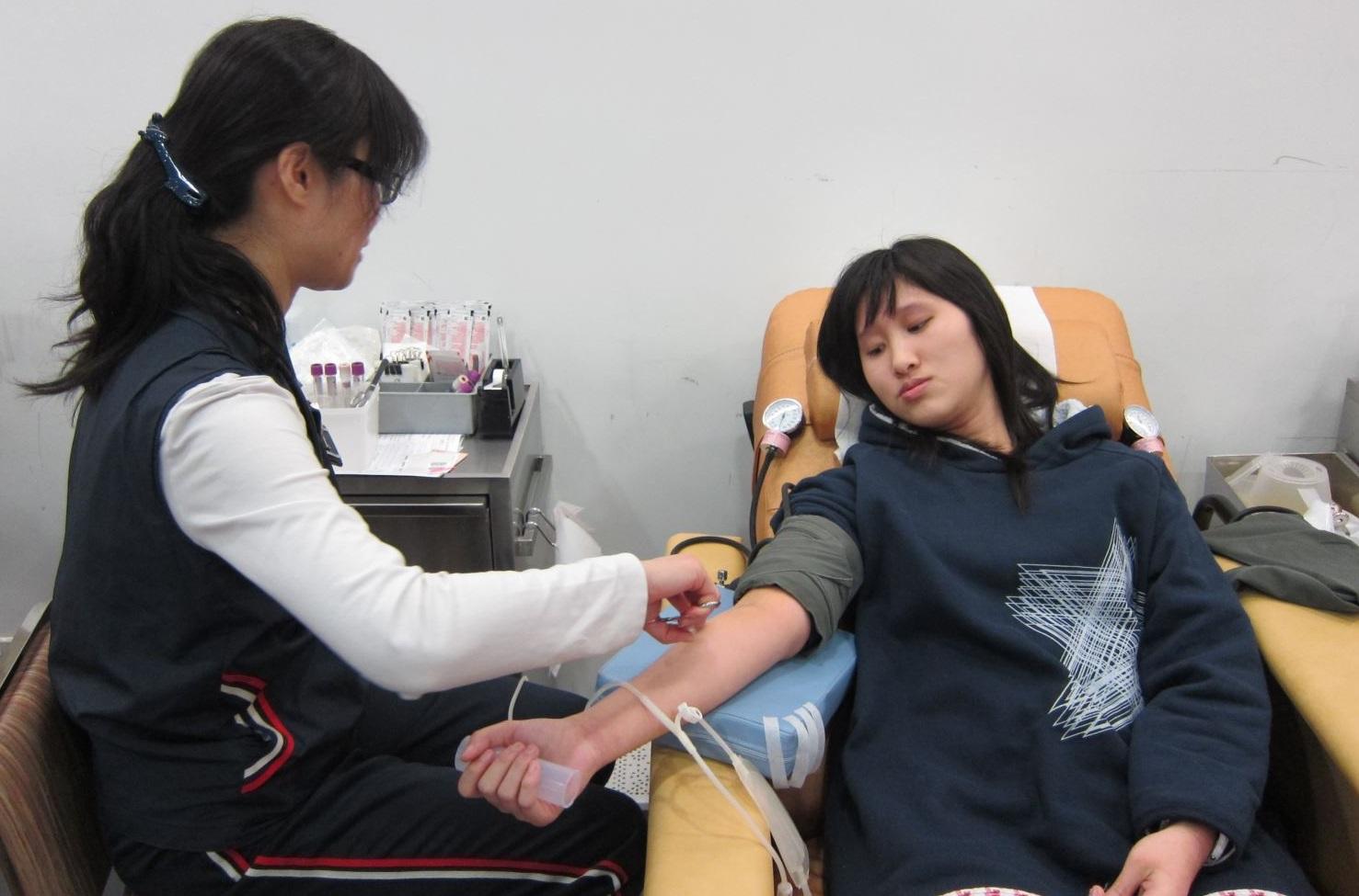 圖片: 捐血前消毒皮膚