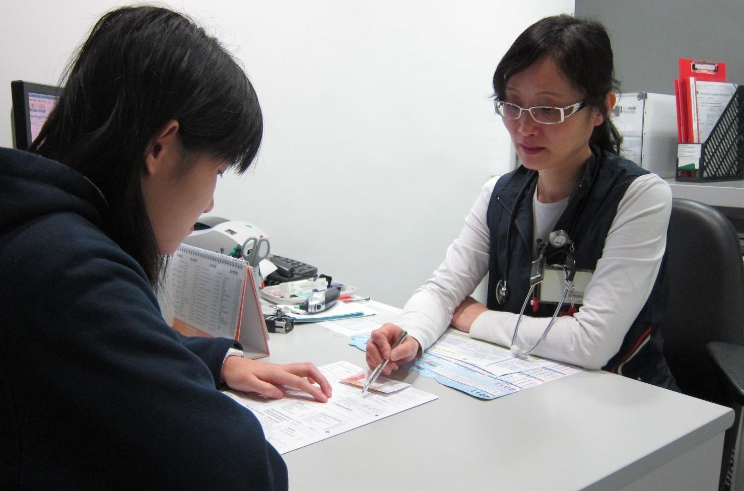 圖片: 護士接見捐血者,查詢健康狀況並量度體溫